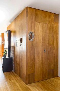 Reforma usa laminado de madeira para trazer conforto e amplitude (Foto: Ricardo Jaeger/ divulgação)