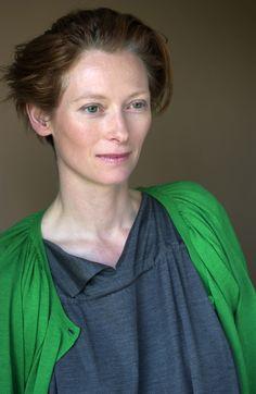Tilda Swinton - share this sweater. Tilda Swinton, British Actresses, Actors & Actresses, Tv Movie, Beautiful People, Beautiful Women, Female Images, Madame, Looks Style