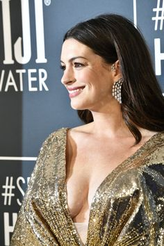 Actress Anne Hathaway hit the red carpet for Sunday's Critics' Choice Awards in a glittering golden gown six months after revealing pregnancy. Anne Hathaway Catwoman, Rachel Brosnahan, Olivia Wilde, Charlize Theron, Hollywood Celebrities, Hollywood Actresses, Anne Hattaway, Anne Hathaway Photos, Oscar