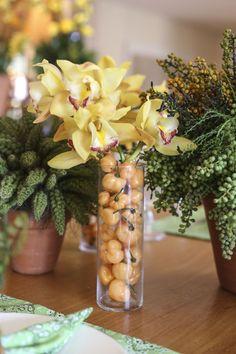 Dedo de anjo, sementes de ligustro e orquídeas de vários tipos e alturas, ora arranjados em vasos de barro, ora arranjados em vasos de vidro, ora em tachos de cobre, dividiram espaço com pimentas, feijão preto, laranjas, laranjinhas Kinkan e folhagens para criar a atmosfera descontraída-sem-perder-a-elegância que queríamos conferir à feijoada.