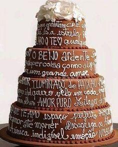 Olha que ideia legal para arrasar no bolo: a decoração é toda escrita pode ser uma declaração de amor ou até mesmo um poema! Curtiram?