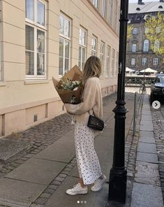 How to dress like a French girl #parisian #French #style #inspiration #tips #effortless #neutrals Look Fashion, Girl Fashion, Autumn Fashion, Fashion Outfits, Fashion Tips, French Fashion Bloggers, Winter Fashion Women, Fashion Websites, Fashion Blogger Style