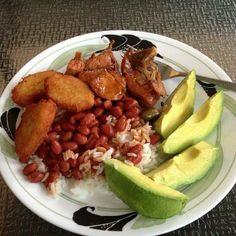 arepitas de yuca, arroz blanco, habichuelas guisadas, carne de res guisada y aguacate
