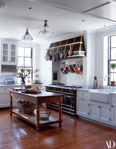 Gil Schafer updated New York City apartment Photography by Simon Upton for Architectural Digest Currently crushing on the kitchen above! It belongs to New York City based. Kitchen Reno, New Kitchen, Kitchen Remodel, Country Kitchen, Kitchen Cabinets, French Kitchen, Family Kitchen, Classic White Kitchen, Timeless Kitchen