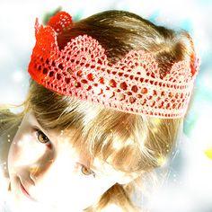 Couronne - Linen, Lace and Doilies Girls Dress Up, Dress Up Outfits, Crochet For Beginners, Crochet For Kids, Crochet Crafts, Crochet Lace, Knitting Patterns, Crochet Patterns, Crochet Ideas