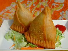 Samosas, if you have only one Indian dish, you must try the samosa. Vegetable Samosa, Vegetable Recipes, Vegetarian Recipes, Snack Recipes, Indian Snacks, Indian Food Recipes, Asian Recipes, Pakora Recipes, Fast Healthy Meals