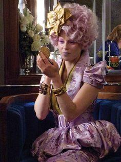 Effie Trinket Effie Trinket est l'hôtesse des tributs du District Douze.