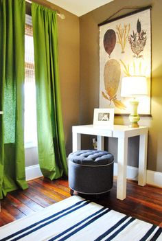 green curtains, white/navy (painted) rug, tan walls - Living Room (Liking the green with tan! Tan Walls, Brown Walls, Neutral Walls, Paint Colors For Living Room, My Living Room, Passion Deco, Home Decoracion, Green Curtains, Tall Curtains
