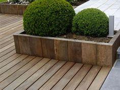 Terrasse bois avec bac à fleurs Outdoor Rooms, Outdoor Gardens, Outdoor Furniture, Outdoor Decor, Garden Design, House Design, Terrace, New Homes, Home And Garden