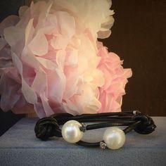 Pulsera de cuero con perlas cultivadas y motivos en oro blanco de ley y circonitas para el Día de la Madre