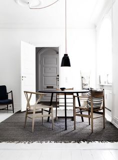 Scandinavian dining room with a black Caravaggio pendant light from Lightyears Estilo Interior, Interior Styling, Interior Design, Monochrome Interior, Design Interiors, Sweet Home, Caravaggio, Scandinavian Home, White Houses