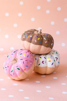 sprinkle-donut-pumpkins 25 No Carve pumpkins that anyone can create. Decorate your home for fall or halloween by creating one of these fun pumpkins. No Carve Pumpkin decorating ideas. Pumpkin Painting Party, Pumpkin Art, Cute Pumpkin, Pumpkin Crafts, Pumpkin Carving, Pumpkin Painting Designs, Pumpkin Designs, Fun Pumpkin Ideas, Cute Painted Pumpkin Ideas