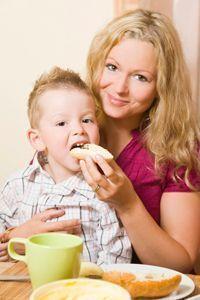 Cibo e bambini: gli errori da non commettere Lo studio Nutrintake rivela quali abitudini alimentari dei nostri piccoli siano già errate a partire dai primi mesi di vita. Ecco quali sono...