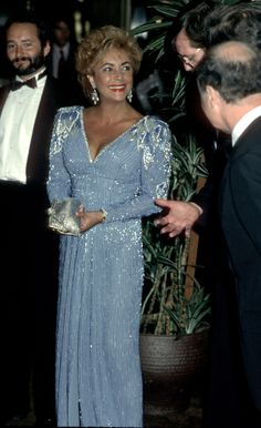 Elizabeth Taylor worked a strong padded shoulder in a slinky periwinkle beaded dress for the premiere of Comfort and Joy at the Academy Theater in Beverly Hills, California, July Hollywood Fashion, Classic Hollywood, Old Hollywood, Elizabeth Taylor Style, Taylor R, Golden Age Of Hollywood, American Actress, Business Women, Diva
