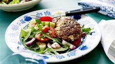 Blanda färs, ägg, timjan och citronskal i en bunke till en smidig färs. Krydda med salt och peppar. Tärna salladsosten och blanda ner i färsen. Forma färsen till 8 biffar. Stek i rikligt med olivolja ca 7–8 minuter på varje sida. Servera gärna med en sallad, till exempel en Klassisk Grekisk sallad.
