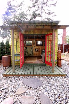 Backyard studio: great place to paint, yoga, play guitars, plant flowers. Neat little getaway