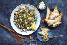 En farverig og lækker ret der er supergod til en vegetardag! De sprøde og krydrede auberginepakker nydes til en smuk og frisk couscoussalat.