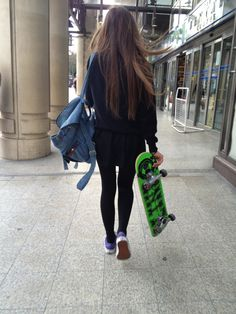 Girl with skate on We Heart It Look Skater, Skater Girl Style, Skater Girl Outfits, Skater Boys, Skate Girl, Skateboard Girl, Skateboard Clothing, Skate Style, Tumblr Girls