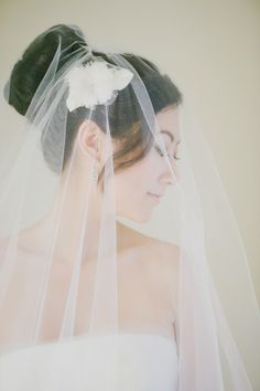 Veil and flower hairpiece | photography by http://www.milouandolin.com/
