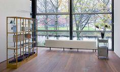Troostbos (1995) en andere kunstwerken van Moniek Toebosch in De Nederlandse identiteit? Moniek Toebosch, Alicia Framis, Gabriel Lester, Jennifer Tee et al (2010). © Jordi Huisman, Museum De Paviljoens