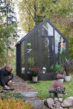 There is no more hurdle to know how to do greenhouse gardening? Greenhouse gardening is only possible in the best climatic conditions and weather variables. Diy Greenhouse Plans, Backyard Greenhouse, Small Greenhouse, Greenhouse Wedding, Homemade Greenhouse, Greenhouse Growing, Dome Greenhouse, Portable Greenhouse, Garden Cottage