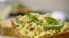 Sandra Bekkari verrast je elke werkdag met een lekker én gezond gerecht. Vandaag op het menu: eiersalade met bieslook en tomaat. Lekker op de boterham of op een toastje. Wil je het thuis zelf eens maken? Bekijk dan de stap-voor-stap video. Hieronder vind je de ingrediëntenlijst. Smakelijk!  Benieuwd naar de volledige aflevering? Klik hier Healthy Cooking, Healthy Recipes, Healthy Food, Wrap Sandwiches, Group Meals, Entrees, Brunch, Breakfast, Ethnic Recipes
