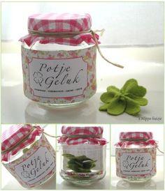 ..A jar of luck!!!  This is a great gift for a person that has almost everything ;-). Geef iemand een potje geluk, met daarin allemaal lieve woordjes/complimenten/hart onder de riem/snoepjes etc.