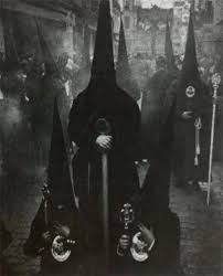 The creepiest pictures can seriously mess with your head. Can you handle these scary pictures? These are 25 creepy pictures that you'll find terrifying. Vintage Bizarre, Creepy Vintage, Vintage Witch, Images Terrifiantes, Old Photos, Vintage Photos, Art Sombre, Portraits Victoriens, La Danse Macabre