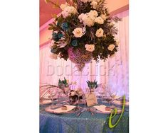 Centro de mesa con base alta de cristal en Don Eventos