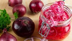 Picklad rödlök. Cucumber Canning, Marinated Cucumbers, Pickling Cucumbers, Ketchup, Vinaigrette, Red Onion Recipes, Jalapeno Recipes, Types Of Vinegar, Quick Pickled Red Onions