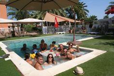 Jacuzzi integrado en la piscina.