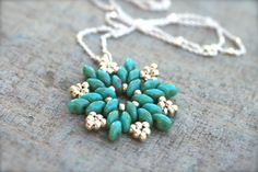 Turquoise and Silver SuperDuo Beaded Star Pendant Necklace, beautiful! Free pattern here: http://www.aroundthebeadingtable.com/Tutorials/Snowflake.html