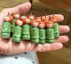 Tiny pumpkin head peg dolls- another by Jone Hallmark. Wood Peg Dolls, Clothespin Dolls, Waldorf Crafts, Waldorf Dolls, Diy For Kids, Crafts For Kids, Pretty Pegs, Kegel, Kids Wood