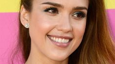 Jessica Alba's aqua eyeliner is perfect for summer.
