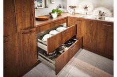 WOHNHAUS Grill & Ronacher zeigt offene Schubladen für Geschirr und Töpfe in einer Häcker Küche. WOHNHAUS Grill & Ronacher zeigt Häcker Küchen | www.grill-ronacher.at