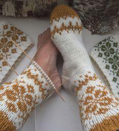 Vottemønster,Sokkemønster ,mønster til pannebånd og mini Selbu 🐑🇳🇴 . Knitting Charts, Knitting Socks, Knitting Patterns, Wool Socks, Baby Booties, Arm Warmers, Mittens, Needlework, Diy And Crafts