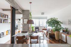 Depois de uma reforma intensa, esse apartamento de 80m² ganhou muita amplitude e espaços multifuncionais recheados de plantas e móveis bacanas.