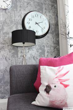 """Käyttäjän """"KotiKolonen"""" olohuoneen harmaa värimaailma antaa hyvän taustan hauskoille yksityiskohdille, kuten värikkäille tyynyille ja graafiselle kellolle.  #styleroom #inspiroivakoti #olohuone #livingroom Decor, Throw Pillows, Interior, Wallpaper, Home Decor, Bed, Pillows"""