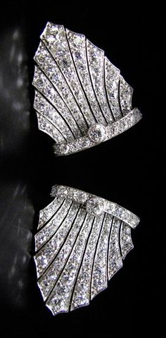 AN EXQUISITE ART DÉCO DIAMOND DOUBLE-DRESS-CLIP/BROOCH CIRCA 1920, INDIVIDUAL WEARABLE