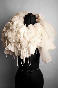 Dilplômé du très prestigieux Royal College of Art, Rowan Mersh aborde le textile de manière sculpturale. Installations, costumes, bijoux, il explore les possiblités du tissu stretch de manière uniq…