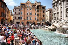 Turistas ante el conjunto monumental de la Fontana de Trevi en Roma