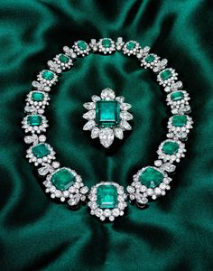 Elizabeth Taylor's Jewellery Collection - The Bulgari Emerald Parure. Bought for her over the years by Richard Burton, this set includes Emeralds from the collection of Grand Duchess Vladimir. Emerald Necklace, Emerald Jewelry, Silver Jewelry, Art Deco Jewelry, Vintage Jewelry, Elizabeth Taylor Schmuck, Royal Jewelry, Jewellery, Jewelry Photography