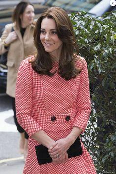 Kate Middleton, duchesse de Cambridge, vêtue d'une tenue Eponine, arrivant à l'école Trinity à Londres le 11 mars 2016 pour une rencontre avec l'association XLP.