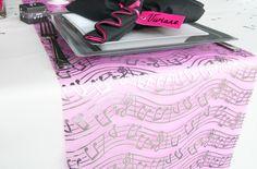 En organza, ce chemin de table « notes de musique »  est absolument parfait sur cette table !