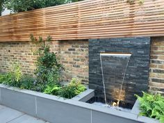 Water feature wall - Contemporary LED lit water blade with slate walling and slatted trellis Stone Water Features, Pool Water Features, Outdoor Water Features, Water Features In The Garden, Contemporary Water Feature, Diy Water Feature, Backyard Water Feature, Contemporary Cottage, Contemporary Fencing