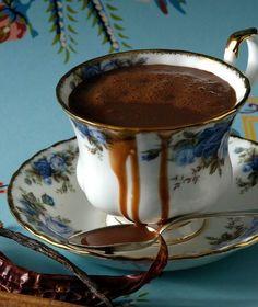 Η κλασική ζεστή σοκολάτα της Βιέννης σερβίρεται με σαντιγί και κάνει καριέρα σε όλα τα καφέ του πλανήτη. Dessert Drinks, Yummy Drinks, Fun Desserts, Coffee Vs Tea, Soda Drink, Keto Drink, Sweets Cake, Cakes And More, Hot Chocolate
