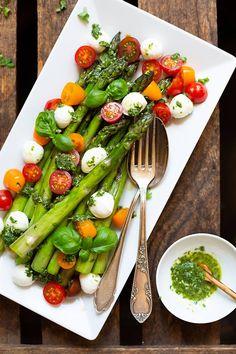 Spargel-Caprese-Salat mit Basilikum-Dressing ist SO GUT! Grüner Spargel, bunte Tomaten, Mozzarella und eine leichte Basilikum-Sauce, lecker!