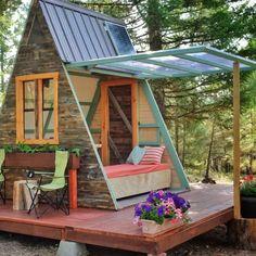 Guia simples e prático para construir seu próprio chalé de madeira de maneira fácil com plantas e passo-a-passo detalhados! A Frame Cabin, A Frame House, Ideas De Cabina, Guest Cabin, Tiny Cabins, Tiny House Movement, Pergola Shade, Patio Roof, Tiny House Design