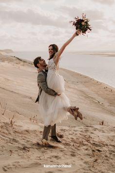 Eine kleine Hochzeit am Strand nur zu zweit feiern: So geht's! Wir zeigen dir kreative Ideen, wie eure Traumhochzeit im kleinen Kreis unvergesslich schön wird. Ein Fotoshooting am Stand hält all das Glück für die Ewigkeit fest. Wedding On The Beach, Getting Married, Creative Ideas, Photo Shoot, Nice Asses