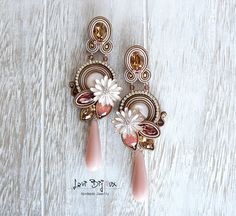 Soutache earrings handmade with high quality square saucers in resin and strass chain. Pink Jewelry, Jewelry Art, Beaded Jewelry, Shibori, Gold Bridal Earrings, Pink Earrings, Diy Jewelry Videos, Earrings Handmade, Handmade Jewelry